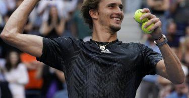 Alexander Zverev wirft nach seinem Viertelfinalsieg bei den US Open Tennisbälle ins Publikum. Foto: Elise Amendola/AP/dpa
