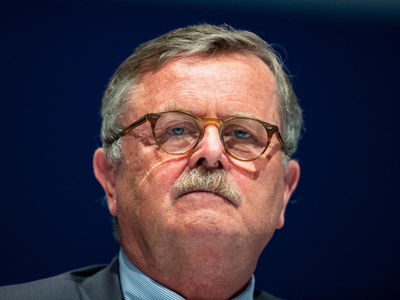 Frank Ulrich Montgomery fordert schärfere Corona-Maßnahmen im Kampf gegen die vierte Welle. Foto: Guido Kirchner/dpa