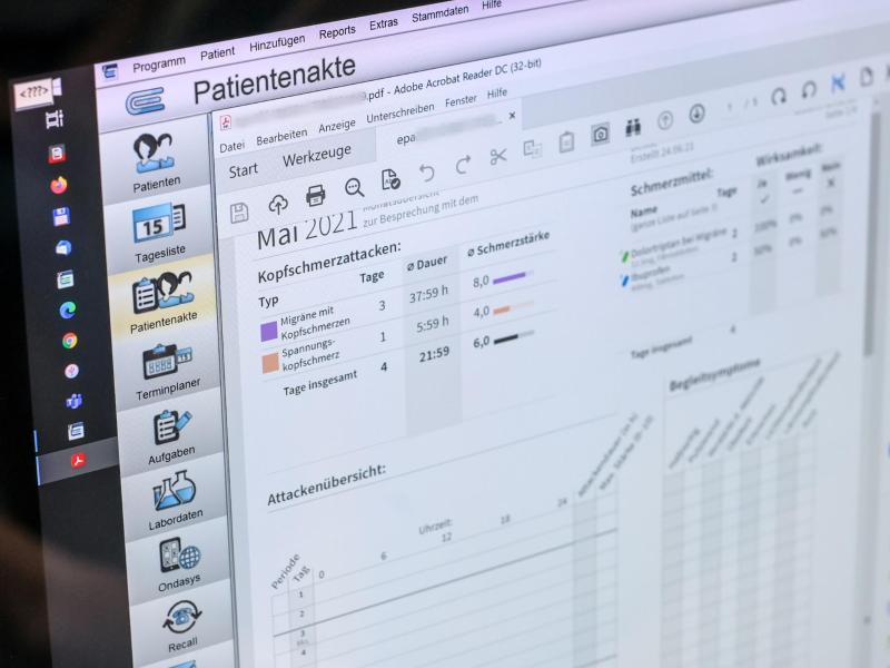 Beim Thema «E-Patientenakte» sind Datenschutzbehörde und Kassen auf Konfrontationskurs. Foto: Jens Kalaene/dpa-Zentralbild/dpa