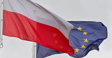 Die EU-Flagge hinter den Farben Polens. Foto: Patrick Pleul/dpa-Zentralbild/ZB