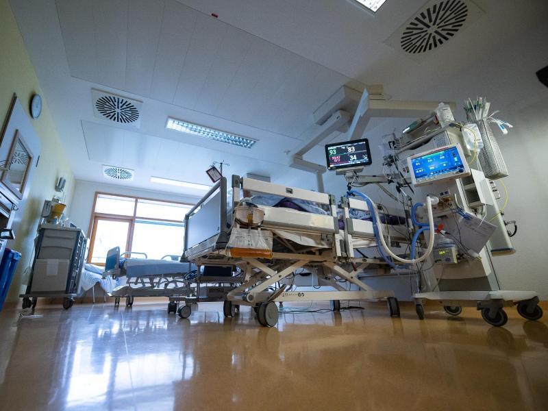 Waren es bisher überwiegend Menschen über 60, die wegen Covid-19 auf einer Intensivstation behandelt werden mussten, trifft es laut RKI-Angaben nun mehr 18- bis 59-Jährige. Foto: Sebastian Gollnow/dpa