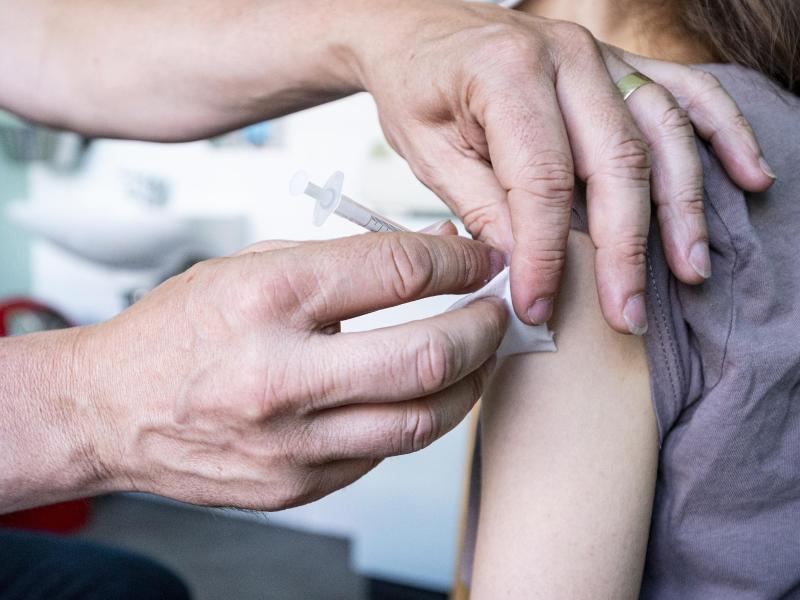 Kinder ab 12 Jahren und Teenager können sich gegen das Coronavirus impfen lassen. Der Hersteller Biontech will bald auch die Zulassung seines Impfstoffs für Kinder ab 5 beantragen. Foto: Fabian Sommer/dpa/dpa-tmn