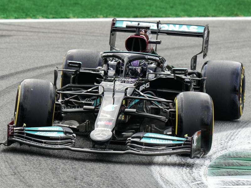 Lewis Hamilton drehte zum Auftakt in Monza die schnellste Runde. Foto: Luca Bruno/AP/dpa