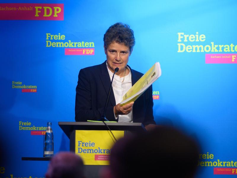 Lydia Hüskens, Vorsitzende der FDP Sachsen-Anhalt, spricht auf dem Landesparteitag in Magdeburg zu den Delegierten und zeigt den Koalitionsvertrag. Foto: Klaus-Dietmar Gabbert/dpa-Zentralbild/dpa