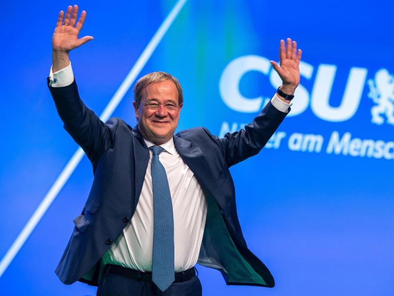 Unions-Kanzlerkandidat Armin Laschet (CDU) wird beim CSU-Parteitag in Nürnberg mit viel Applaus empfangen. Foto: Peter Kneffel/dpa