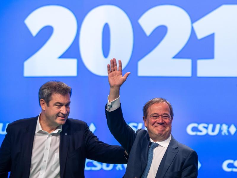 Markus Söder (l), CSU-Parteivorsitzender und Ministerpräsident von Bayern, und Armin Laschet, Unions-Kanzlerkandidat und CDU-Vorsitzender, stehen beim Parteitag der CSU gemeinsam auf der Bühne. Foto: Peter Kneffel/dpa