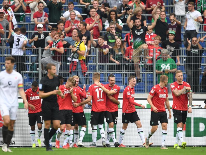 Hannovers Spieler jubeln über das 1:0 gegen den FC St. Pauli. Foto: Swen Pförtner/dpa