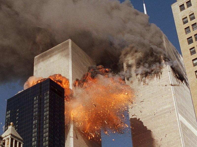 Um 8.46 Uhr kracht ein Flugzeug in den nördlichen der beiden Türme des World Trade Centers in New York. Augenzeugen glauben zunächst an ein Unglück. Um 9.03 Uhr fliegt ein zweiter Jet in den Südturm. Foto: Chao Soi Cheong/AP/dpa