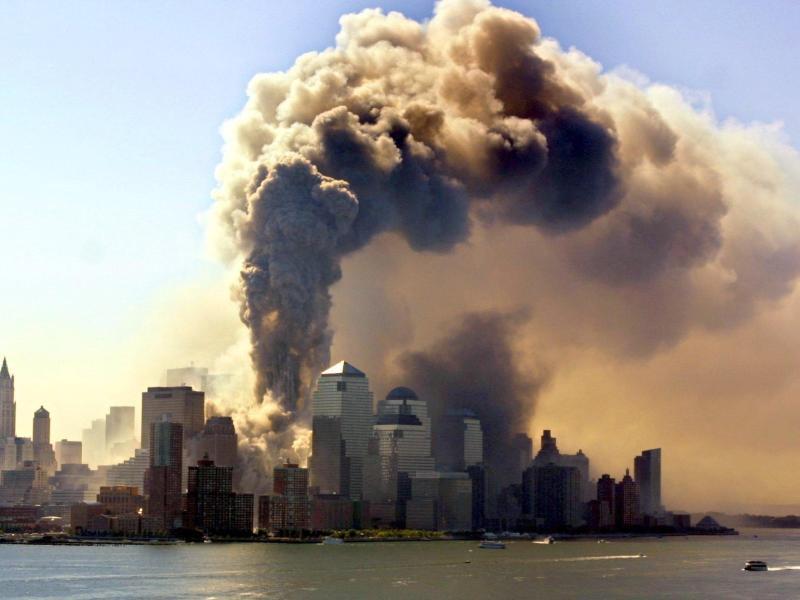Ein Turm des World Trade Centers in New York stürzt am 11.09.2001 in sich zusammen, nachdem er von einer Passagiermaschine getroffen worden ist. Foto: Hubert Boesl/dpa