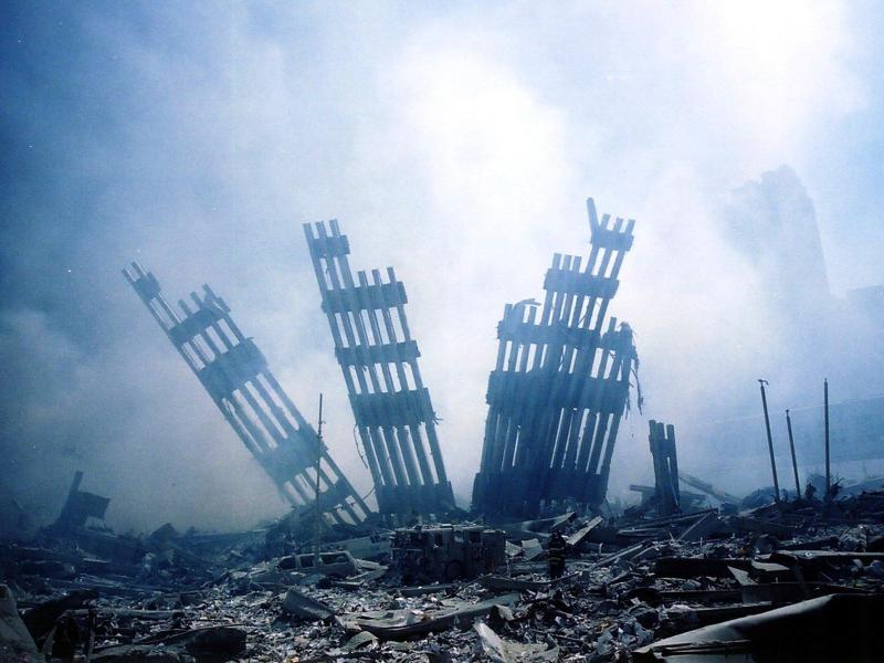 Die schwelenden Trümmer des World Trade Centers. «Nichts darf dort jemals wieder gebaut werden», dachte Stararchitekt Daniel Libeskind, der das spätere Museum am Ground Zero entwarf. Foto: Alex_Fuchs/AFP/dpa