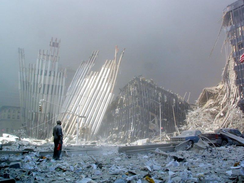 Auch ein Bild, das um die Welt ging: Dieser Mann steht nach dem Einsturz der Twin Towers in den Trümmern; in der Hand hält er einen Feuerlöscher. Foto: Doug_Kanter/AFP/dpa