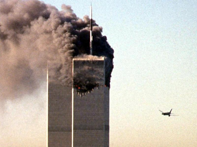 In den USA werden beim schlimmsten Anschlag in der Geschichte des Terrorismus fast 3000 Menschen getötet. Islamisten steuern drei gekaperte Verkehrsmaschinen in das World Trade Center in New York und das Pentagon bei Washington. Eine vierte Maschine stürzt in Pennsylvania ab. Foto: Seth_Mcallister/AFP/dpa