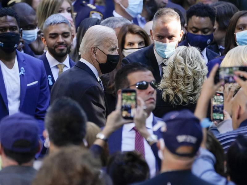 US-Präsident Joe Biden zusammen mit seiner Ehefrau Jill auf der Gedenkveranstaltung anlässlich der Anschläge vom 11. September 2001 am «National September 11 Memorial and Museum» in New York. Foto: Evan Vucci/AP/dpa