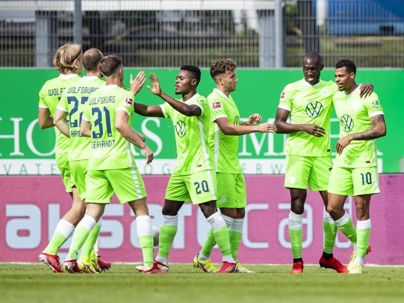 Der VfL Wolfsburg bleibt dank des Sieges in Fürth Spitzenreiter. Foto: Tom Weller/dpa