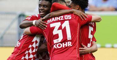 Die Mainzer bejubeln das 1:0 in Hoffenheim. Foto: Uwe Anspach/dpa