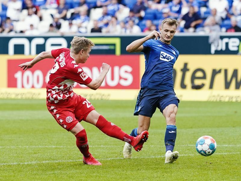 Der Mainzer Jonathan Burkardt (l) trifft zum 1:0 in Hoffenheim. Foto: Uwe Anspach/dpa