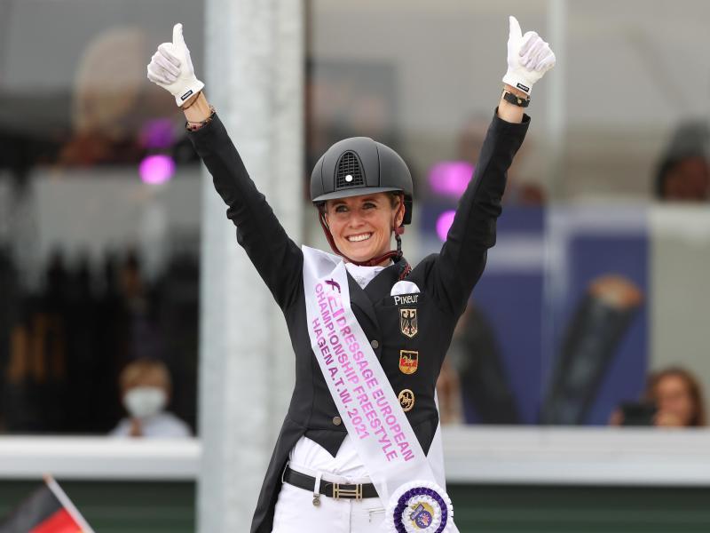 Jessica von Bredow-Werndl holte sich ihr drittes Gold bei der Europameisterschaft. Foto: Friso Gentsch/dpa