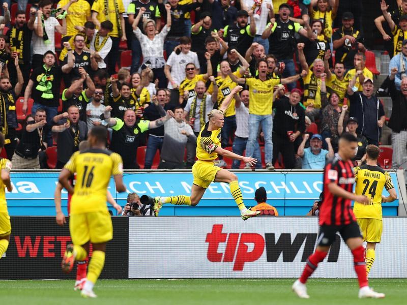 Stürmer Erling Haaland (M) war erneut der Dortmunder Matchwinner. Foto: Rolf Vennenbernd/dpa