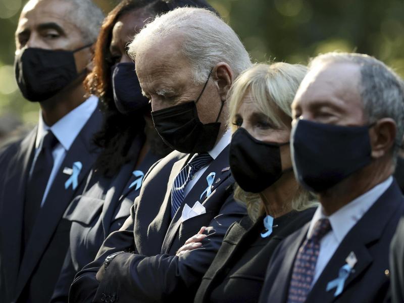 Ex-Präsident Barack Obama mit Frau Michelle US-Präsident Joe Biden mit Frau Jill und Ex-Bürgermeister von New York, Michael Bloomberg gedenken der Opfer der Anschläge vom 11. September 2001. Foto: Chip Somodevilla/POOL Getty/AP/dpa