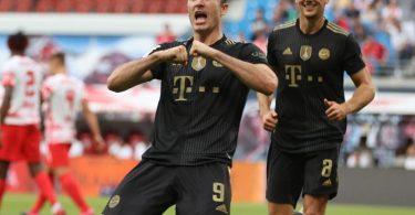 Robert Lewandowski (M) brachte die Bayern per Elfmeter in Führung. Foto: Jan Woitas/dpa-Zentralbild/dpa