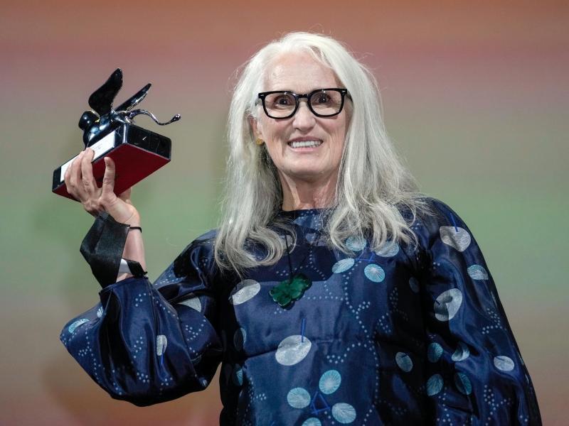 """Der Preis für die beste Regie geht an Jane Campion aus Neuseeland für """"The Power Of The Dog"""". Foto: Domenico Stinellis/AP/dpa"""