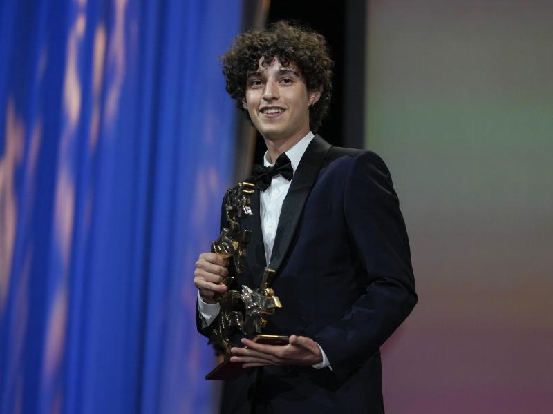 """Bester Nachwuchsdarsteller wurde der Italiener Filippo Scotti für seine Rolle in """"The Hand of God"""". Foto: Domenico Stinellis/AP/dpa"""