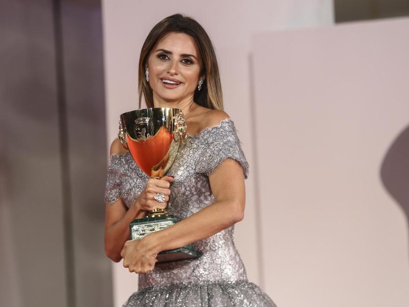 Penelope Cruz wurde mit dem Coppa Volpi Preis für die beste Darstellerin in «Parallel Mothers» ausgezeichnet. Foto: Joel C Ryan/Invision/AP/dpa