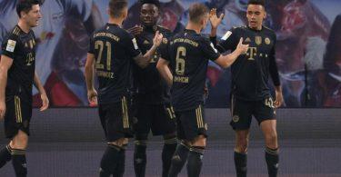 Bayerns Jamal Musiala (r) traf nach Einwechslung zum 2:0 und bereitete das 3:0 vor. Foto: Jan Woitas/dpa-Zentralbild/dpa