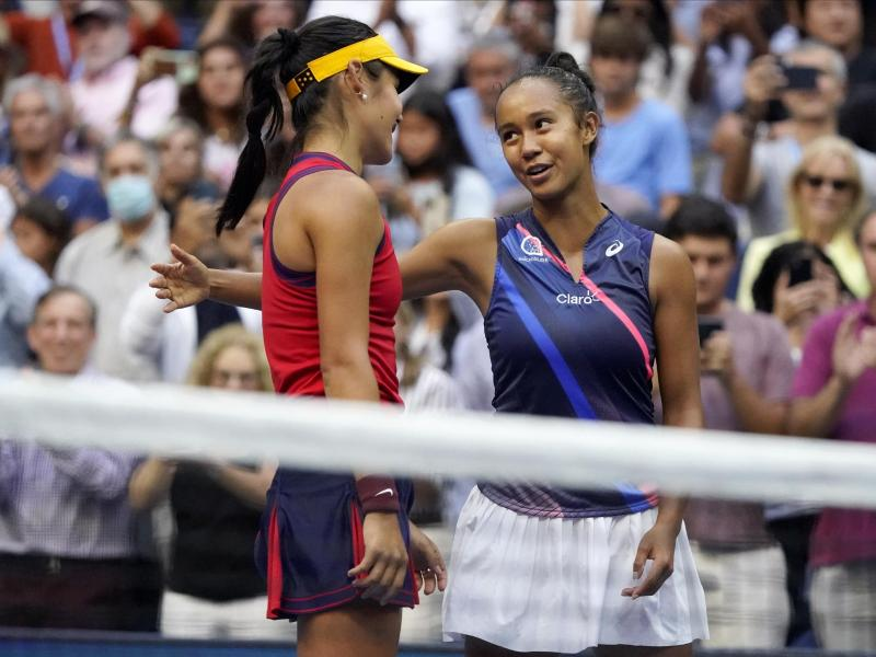Emma Raducanu (l) und die Kanadierin Leylah Fernandez unterhalten sich nach dem Sieg am Netz. Foto: Seth Wenig/AP/dpa