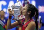 Die US-Open-Trophäe ist Emma Raducanu einen Kuss wert. Foto: Seth Wenig/AP/dpa