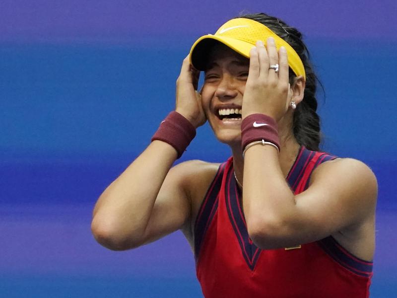Die neue US OpenSiegerin Emma Raducanu reagiert nach ihrem Sieg. Foto: Seth Wenig/AP/dpa