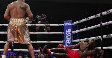Ex-Schwergewichts-Champion Evander Holyfield (r) geht zu Boden. Foto: Rebecca Blackwell/AP/dpa