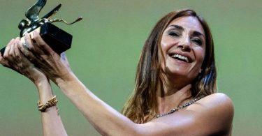 Audrey Diwan, Regisseurin aus Frankreich, freut sich über den Goldenen Löwen für ihr Abtreibungsdrama «Happening» («L'événement»). Foto: Domenico Stinellis/AP/dpa
