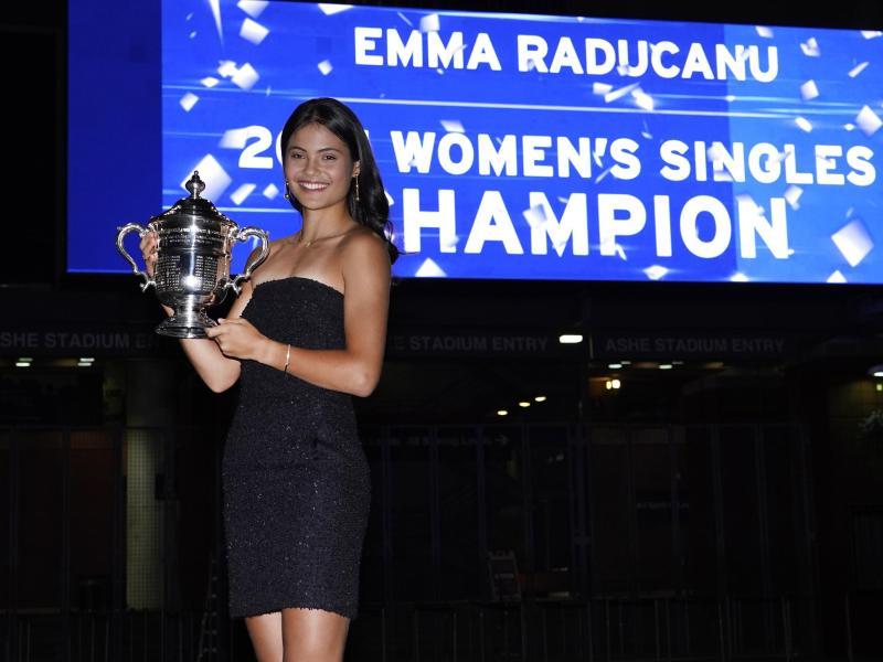 Nach ihrem Sieg schlüpfte Emma Raducanu schnell in ein schwarzes Kleid. Foto: Elise Amendola/AP/dpa