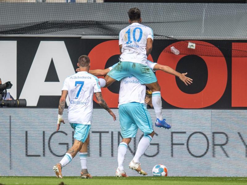 Absteiger Schalke durfte über drei Punkte in Paderborn jubeln. Foto: David Inderlied/dpa
