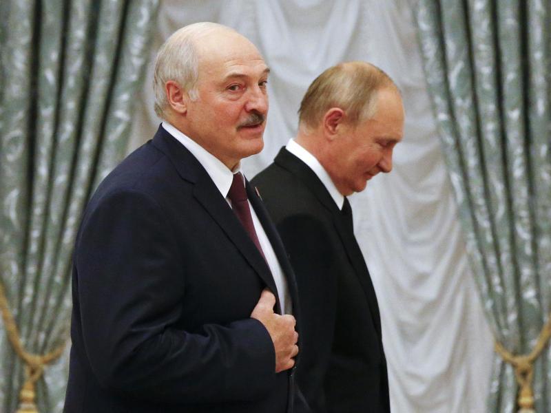 Alexander Lukaschenko zu Gast bei Russlands Machthaber Wladimir Putin in Moskau. Putin hatte Lukaschenko vergangenen Donnerstag in Moskau zum Gespräch empfangen. Foto: Shamil Zhumatov/Pool Reuters/AP/dpa