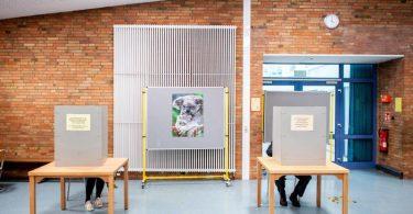 Wahllokal im Foyer einer Grundschule in Oldenburg. In ganz Niedersachsen werden die Abgeordneten in den kommunalen Vertretungen wie den Kreistagen, Stadt- und Gemeinderäten, Samtgemeinderäten, Stadtbezirksräten sowie Ortsräten gewählt. Foto: Hauke-Christian Dittrich/dpa