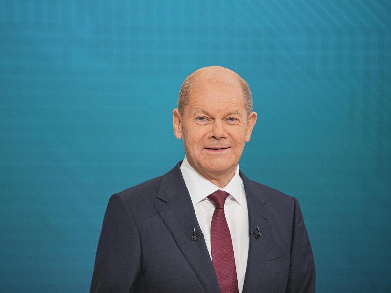 Kanzlerkandidat Olaf Scholz (SPD) im Triell-Fernsehstudio. In der Fernsehdebatte hat sich Scholz laut einer ZDF-Blitzumfrage vergleichsweise am besten geschlagen. Foto: Michael Kappeler/dpa-Pool/dpa