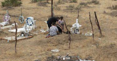 Verwandte des mexikanisch-indigenen Aktivisten Oscar Eyraud Adams trauern an seinem Grab. Foto: Felipe Luna/Global Witness/dpa