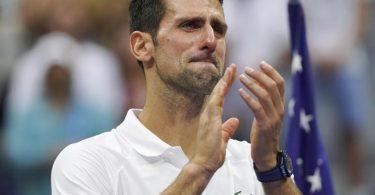 Ein geschlagener Novak Djokovic konnte die Tränen nicht zurückhalten. Foto: John Minchillo/AP/dpa