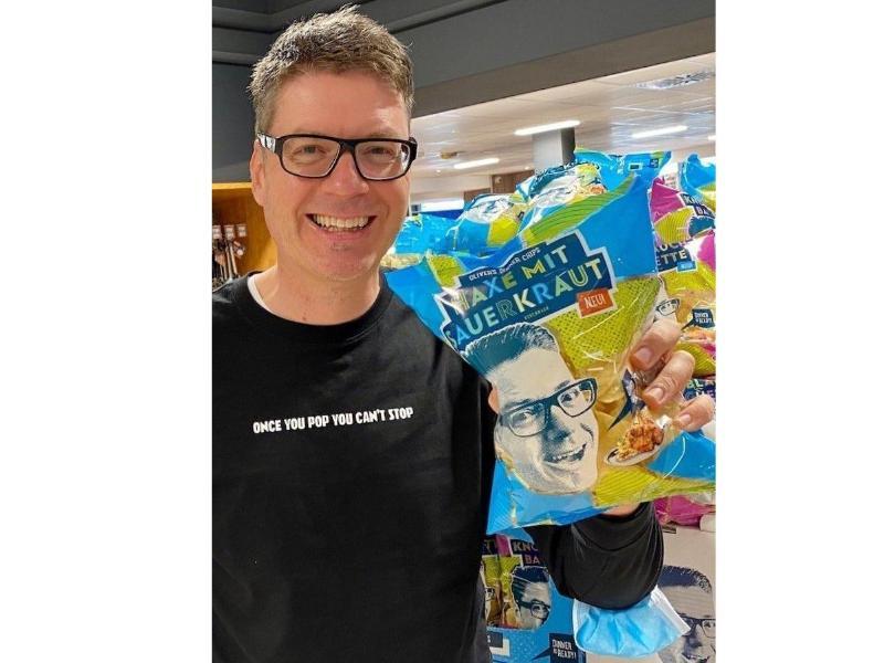Oliver Numrich hat für Oktoberfest-Fans Chips der Geschmacksrichtung «Haxe mit Sauerkraut» entwickelt. Foto: -/Oliver's Dinner Chips/dpa