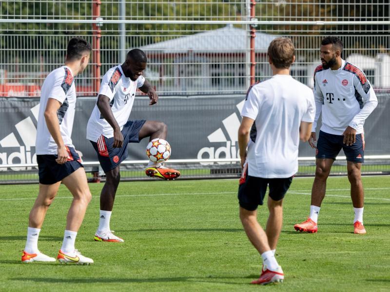 Bayerns Marc Roca (l-r), Dayot Upamecano, Eric Maxim Choupo-Moting und Thomas Müller spielen sich bei der Erwärmung den Ball gegenseitig zu. Foto: Matthias Balk/dpa