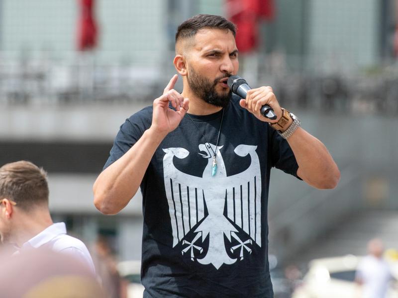 Attila Hildmann spricht bei einer Kundgebung gegen Corona-Einschränkungen auf dem Washingtonplatz in Berlin. Foto: Christophe Gateau/dpa