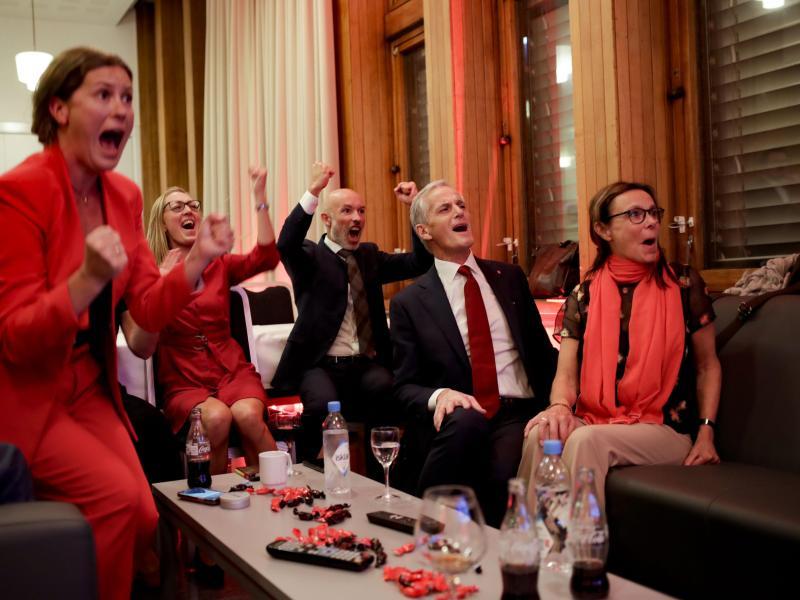 Jonas Gahr Støre (2.v.r), Vorsitzender der sozialdemokratischen Arbeiterpartei, jubelt mit Parteifreunden nach der Auszählung der Wahlergebnisse. Foto: Javad Parsa/NTB/dpa