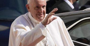 Papst Franziskus bei seiner Ankunft in der Kathedrale des Heiligen Martin in Bratislava. Foto: Petr David Josek/AP/dpa