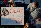 Anhänger von Olaf Scholz unterstützen den SPD-Kanzlerkandidaten im Zuge der ARD-Wahlarena. Foto: Axel Heimken/dpa