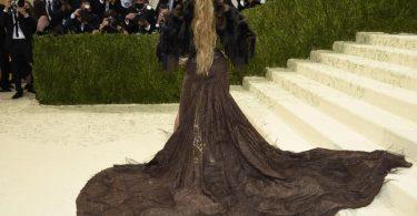 Das Motto der diesjährigen Met-Gala in New York: «In America: A Lexicon of Fashion». Die Umsetzung von US-Superstar Jennifer Lopez: Eine modische Interpretation des Wilden Westens. Foto: Evan Agostini/Invision via AP/dpa