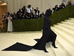 Blickdicht: Kim Kardashian kommt zur Met-Gala. Foto: Evan Agostini/Invision via AP/dpa
