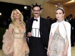 Die Schauspielerinnen Sienna Miller (l) und Emily Blunt nehmen «Vogue»-Journalist Hamish Bowles in ihre Mitte. Foto: Evan Agostini/Invision via AP/dpa