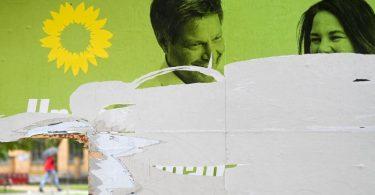 Ein zerstörtes Wahlplakat der Grünen (Symbolfoto). Foto: Hendrik Schmidt/dpa-Zentralbild/dpa
